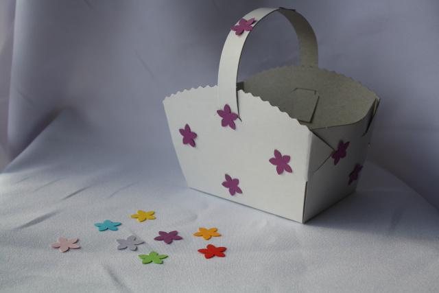 Košíček na koláčky zdobený kytičkami