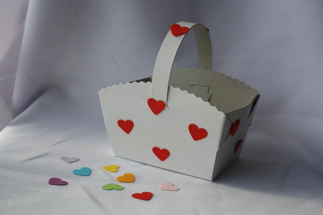 Košíček na koláčky zdobený srdíčky