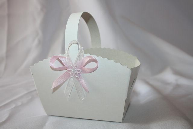 Košíček na koláčky zdobený růžovým vývazkem