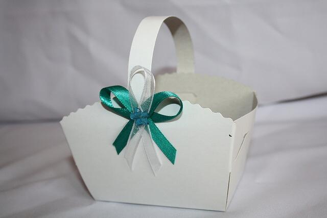 Košíček na koláčky zdobený tyrkysovým vývazkem