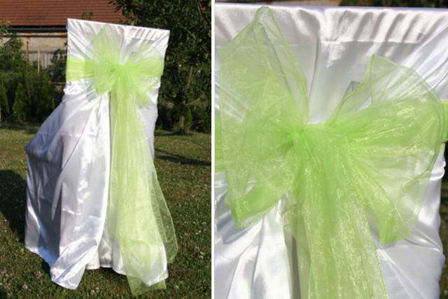 Svatební potahy na židle se zelenou mašlí